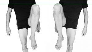 l'élévation des genoux est symétriques - le bassin est en place.